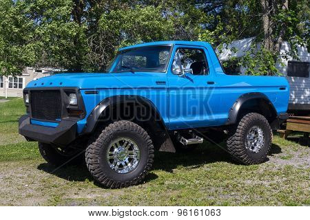 rebuilt Ford Bronco Ranger 4x4 blue modified 1979 on
