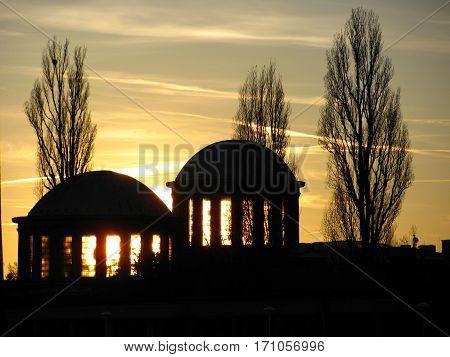 zdjęcie zachodzącego słońca na tle wytwórni filmów fabularnych
