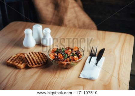Salad with beef, carrots and sprinkled fasoli konzhutom.