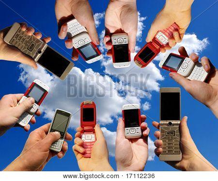 Viele Hände halten Handys