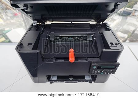 place red screwdriver on the printer plate for repair assistance