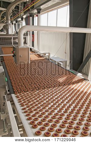 Production of cookies on conveyor