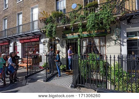 LONDON/ UNITED KINGDOM - SEPTEMBER 3. The queue in front of the Sherlock Holmes Museum on September 3, 2016 in London, United Kingdom.
