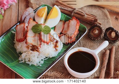 Roasted pork rice with gravy is delicious