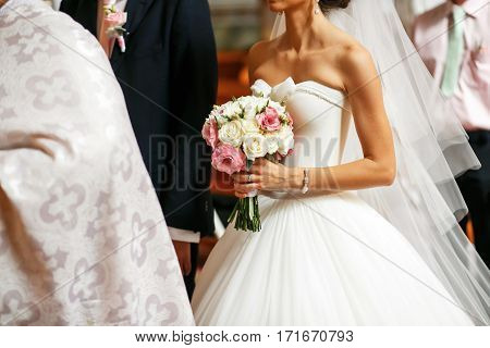 The bride's bouquet of the white and pink flowers