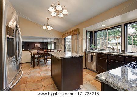 Classic Kitchen Room Design With Kitchen Island