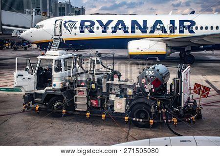 Refueling Boeing 737-800 Company Ryanair.
