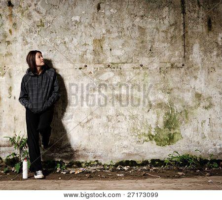 Mládež plánování nástěnné graffiti na zdi prázdná, prázdná