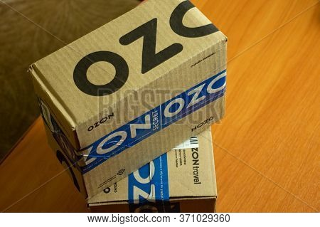 Los Angeles, California, Usa - 1 June 2020: Ozon Box Delivery Package Close-up, Illustrative Editori