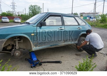 The Driver Removes The Wheel On The Car. The Machine Is Raised Up To Remove The Wheel. Wheel Repair,