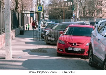 Taganrog, Russia - 07.04.19: A Row Of Parked Dirty Cars On A Sunny Street. The Problem Of Lack Of Pa