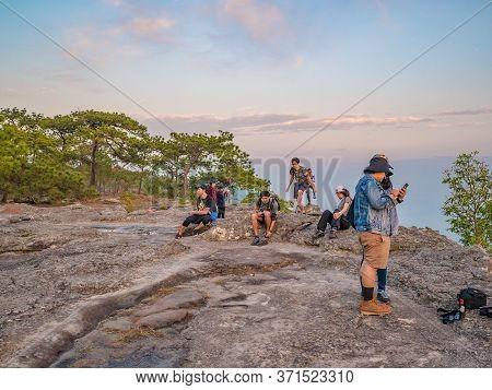 Loei/thailand-17 Feb 2019:unacquainted People With Beautiful Sunset Of Lomsak Cliff On Phu Kradueng