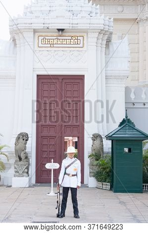 Bangkok, Thailand - April 20, 2016: A Guard Stands At Attention In Front Of The Chakri Mahaprasat In