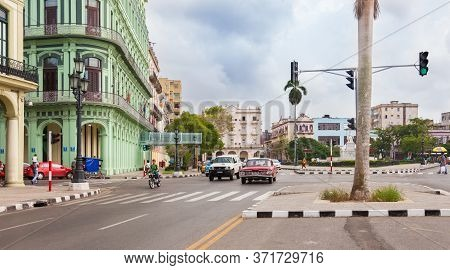 Havana, Cuba-october 7, 2016. View Of The Old Part Havana City With Colonial Buildings, Cars And Peo