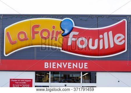 Bordeaux , Aquitaine / France - 11 13 2019 : La Foir Fouille Sign Logo Shop French Store Chain Selli