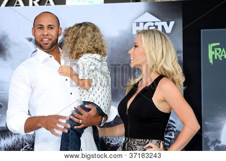 LOS ANGELES - SEP 24:  Hank Baskett, Hank Baskett Jr., Kendra Wilkinson arrives at the