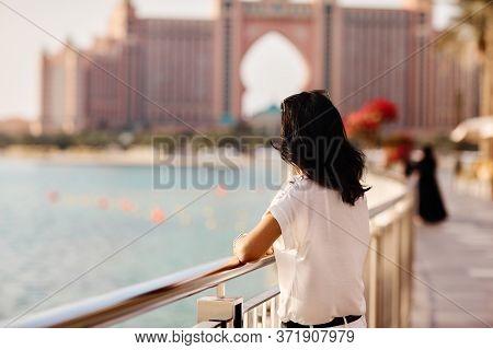 Dubai, Uae, November 2019 Girl Station In Background De Atlantis Hotel In Artificial Ibus Insula Pal