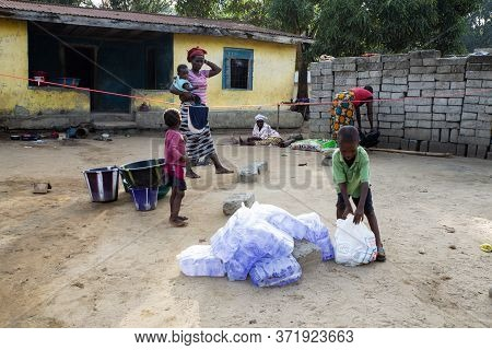 Lungi, Sierra Leone - May 16, 2015: Children And Women In Poor Housing In Quarantine Receive Humanit