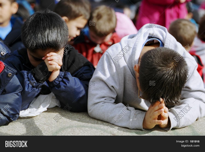 Imagen Y Foto Niños Orando (prueba Gratis)