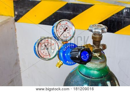 The Oxygen valve and pressure gage on tank.
