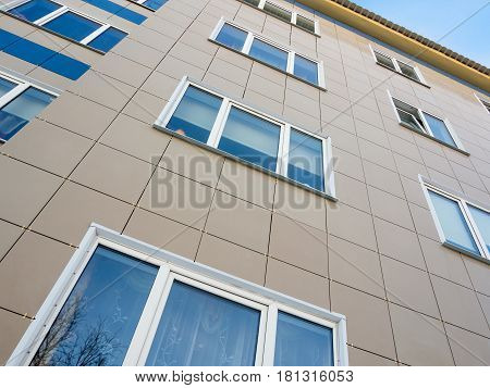 The use of ceramic tiles in the decoration of the facade of the house