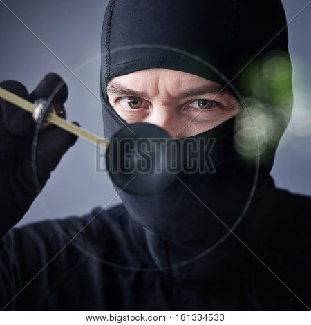 thief use circular glass cutter portrait