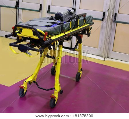 Emergency stretcher to assist athletes at sporting events
