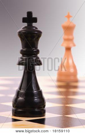 Sötét király a világos király ellen