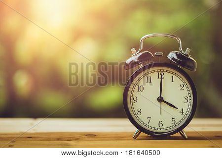 4 O'clock Retro Clock Vintage Color Tone In The Garden