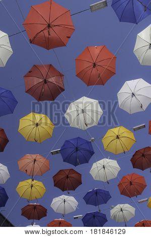 coloridos paraguas en una calle de Antalya, Turquia
