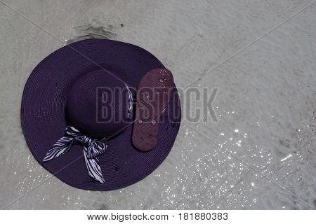 sombrero y chancla bajo el sol de Turquia