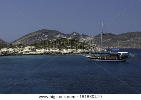 barco surcando los mares de Antalya, Turquia