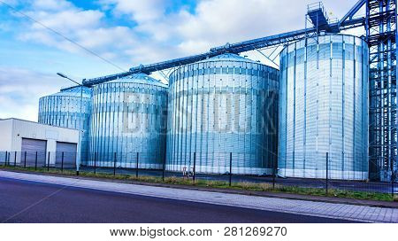 Agricultural Silos . Storage Tanks For Petroleum Products . Equipment Refinery . White Tanks For Pet