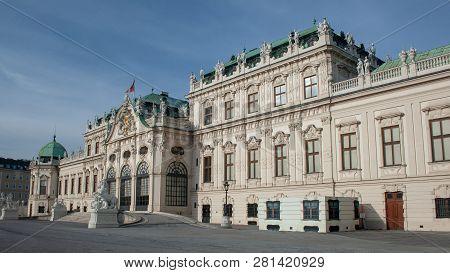 Schloss Belvedere In Wien Vor Blauem Himmel