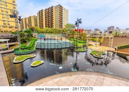 Los Angeles, California, United States - August 9, 2018: Fountain And Pond Of One And Two California