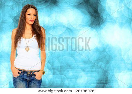 Fotoarchiv des jungen, Passform und sexy Woman in Jeans und weiß über Bokeh blauer Hintergrund