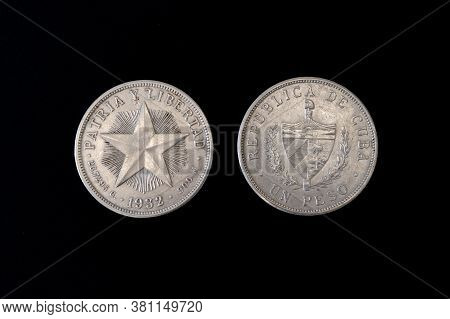 1932 Cuban 1 Peso Silver Coin, Shield With Designs Flanked By Stirrups, Denomination Below, Star On