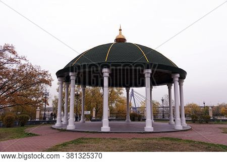 Kiev, Ukraine November 7, 2019: Park Arbor For Tourists And Vacationers