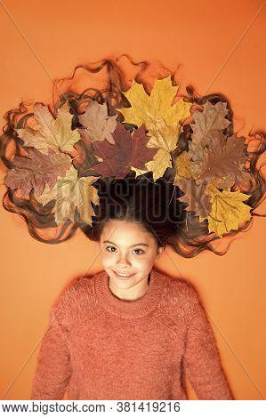 Leafy Hairstyle. Small Girl Wear Autumn Foliage In Curly Hairstyle. Best Autumn Hairstyle. Creating