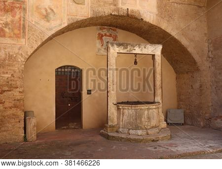 San Gimignano / Siena, Tuscany, Italy - August 6, 2020: Medieval Well In Piazza Del Comune (communal