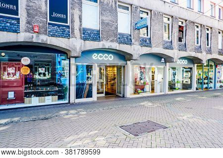 Edinburgh Scotland 6th Aug 2020 Buildings And Shops On Rose Street In The New Town In Edinburgh, Sco
