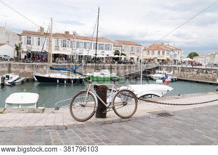 Saint Martin En Re - Ile De Re  Nouvelle Aquitaine / France - 05 04 2019 : Vintage Old Bike In Port