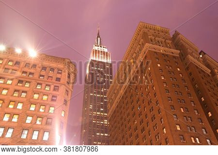 Midtown, Manhattan, New York City, Ny, United States - April 19, 2011: Skyline Of Buildings And Empi