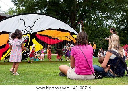Watch madres sus hijos jugar en el Festival de la mariposa
