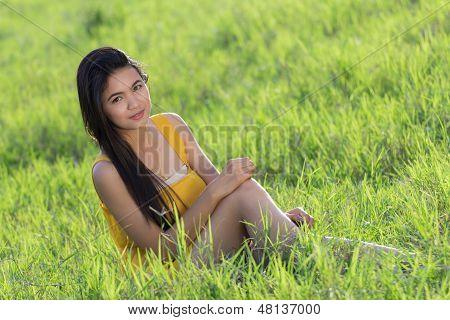 Thai Frau In den Gräsern