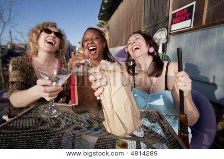 Drie vrouwen drinken van Alcohol