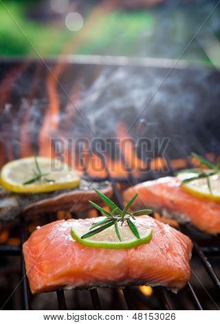 Lachsfilets auf dem Grill mit Flammen