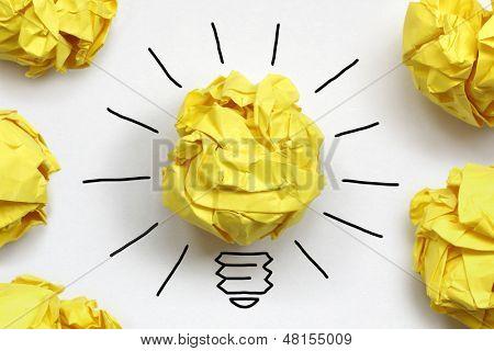 Conceito de inspiração amassado metáfora de lâmpada de papel para boa ideia