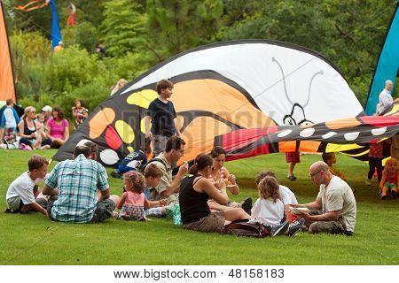 Las familias disfrutar de almuerzo Picnic en el Festival de verano de mariposa