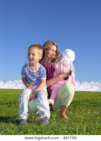 Mãe com filhos e nuvens